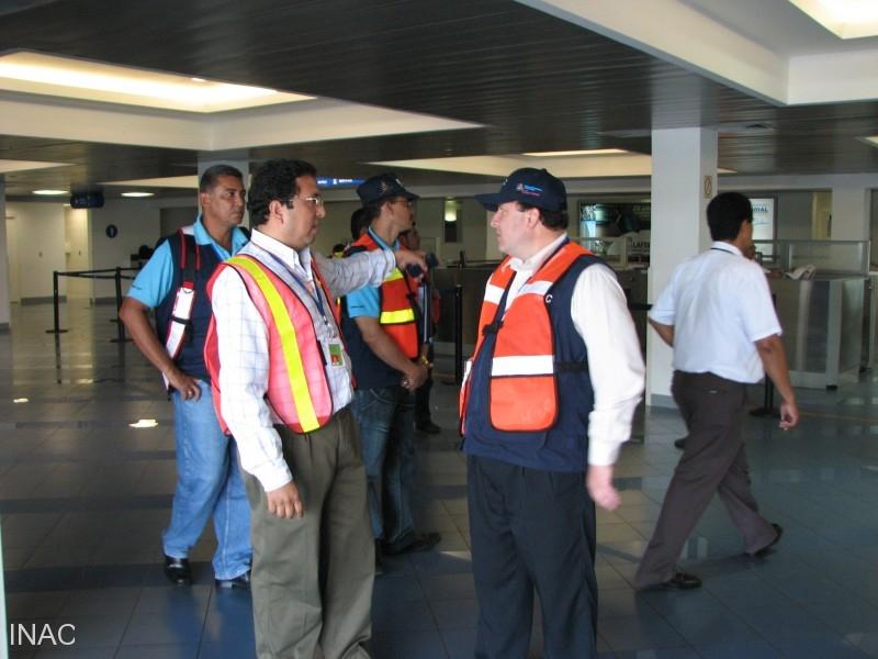 autoridades-del-aeropuerto-con-auditores-oaci