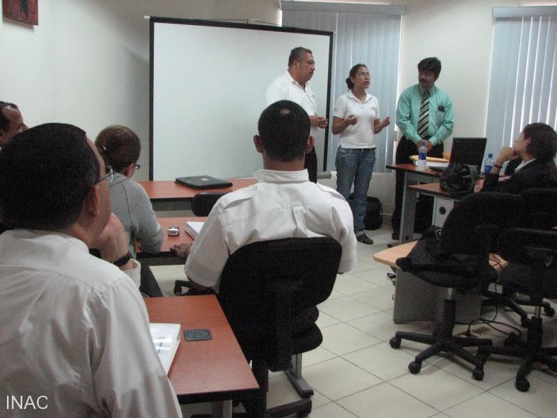 foto-de-grupo-de-pariticipantes-e-instructor-del-curso