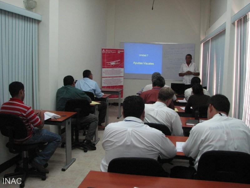 el-instructor-jonas-milhet-incia-el-seminario-para-ingenieros-aeronauticos-del-inac-eaai