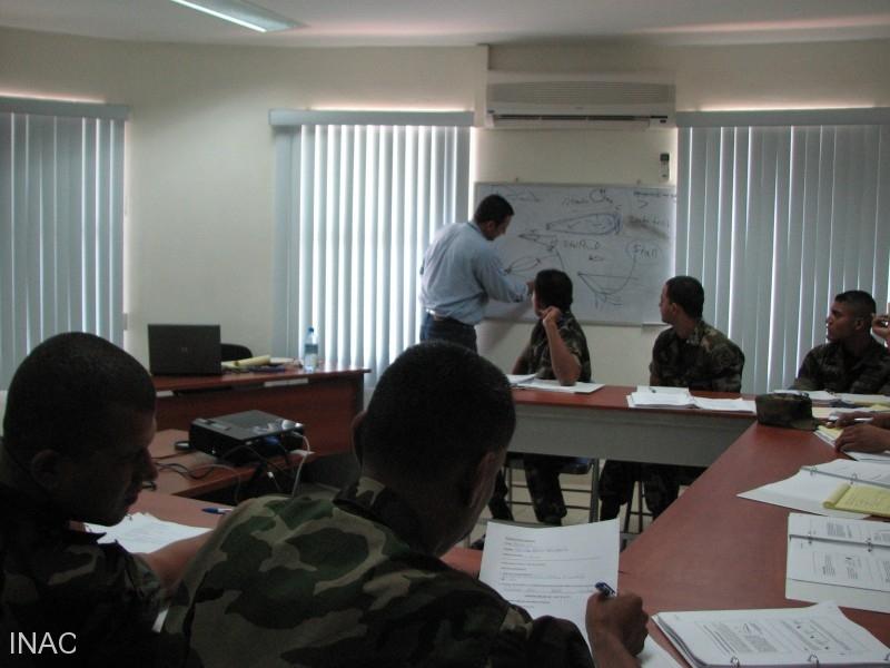 el-instructor-cap-edgar-salazar-imparte-el-tema-de-aerodinamica-basica-a-los-miembros-de-la-fuerza-aerea