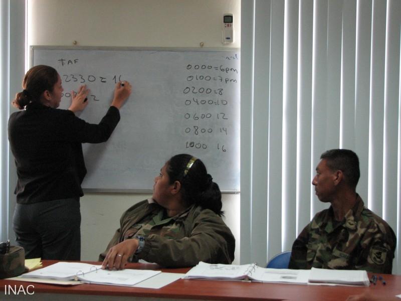 la-instructora-eleane-salguera-instruye-la-clase-sobre-planes-de-vuelo